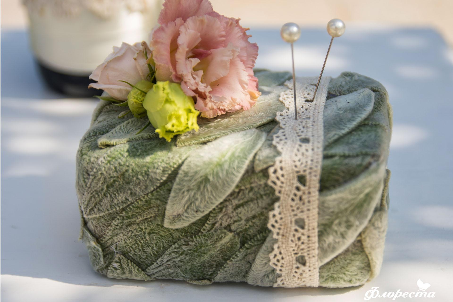 Ръчно изработена поставка за венчални халки