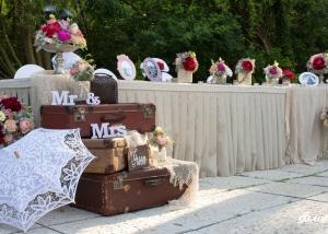 Сватбена декорация в стил Винтидж за масата на младоженците