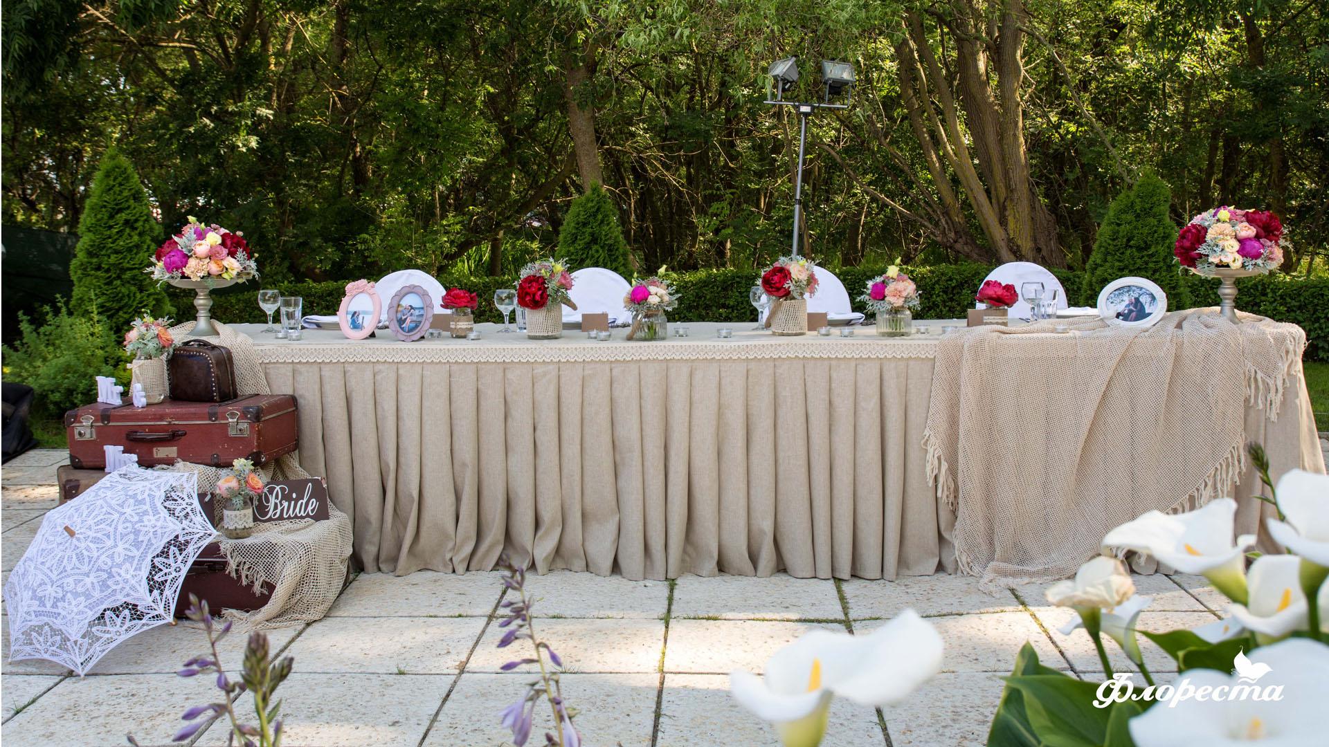 Сватбена декорация на масата за младоженците във Винтидж стил
