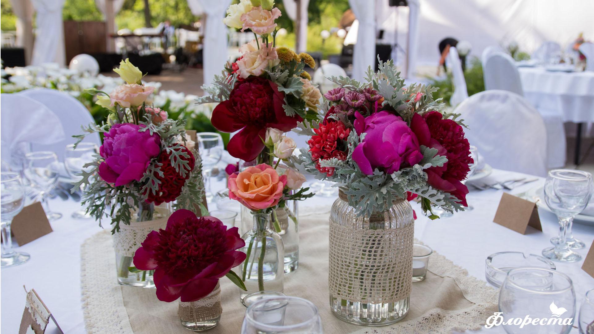 Цветни аранжировки за декорация на масата за гости
