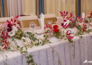 Цветни аранжировки за декорация на масата за младоженците