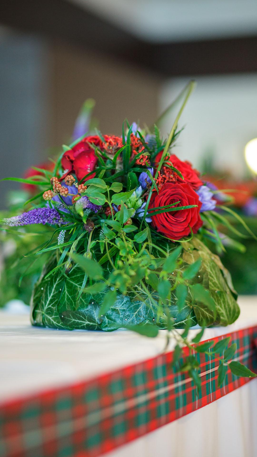 Аранжировка с рязан цвят и бръшлян за декорация на маса за младоженците