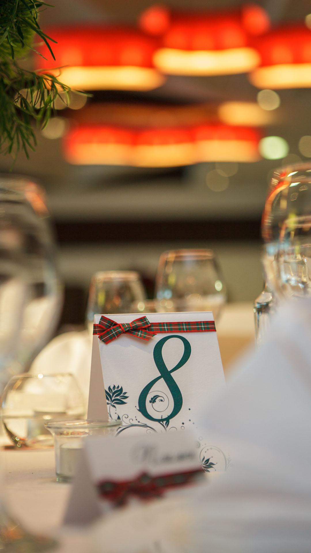 Картичка с номера на масата за гости на сватбено тържество