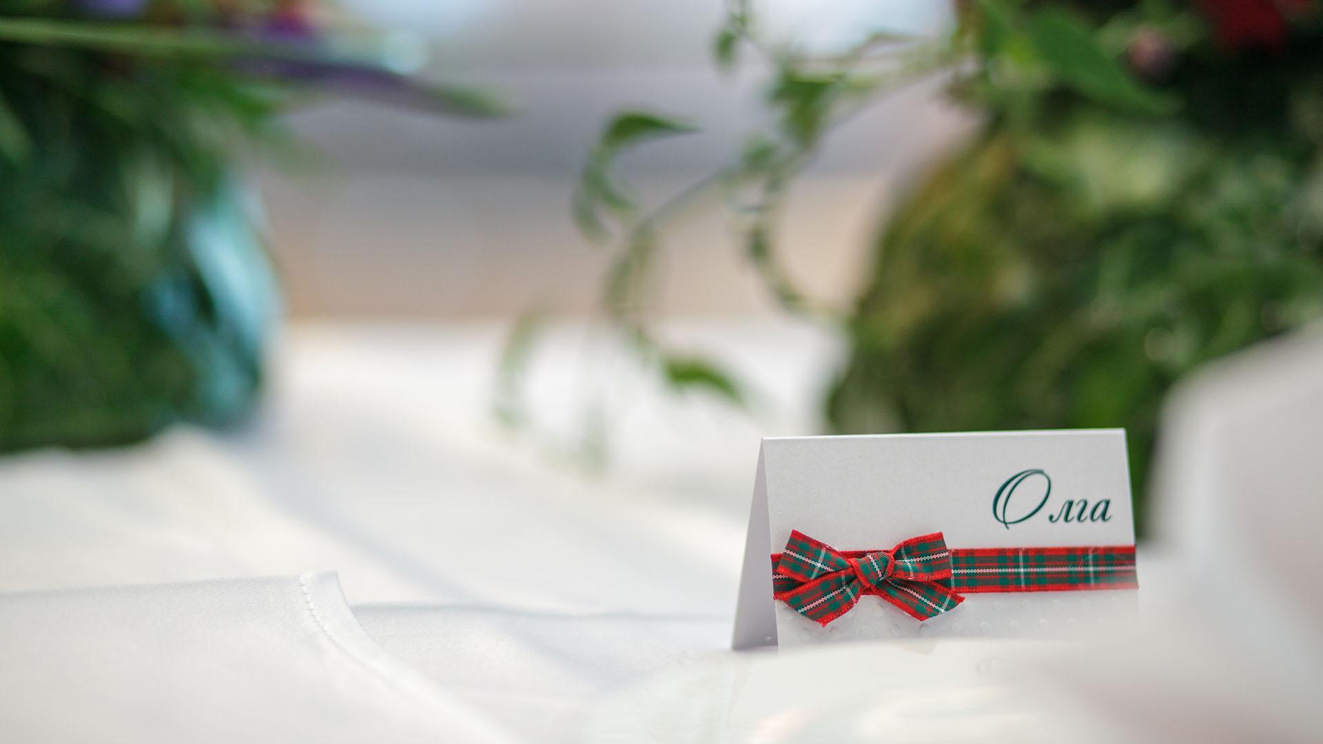 Ръчно изработени картички с имената на гостите за сватбено тържество