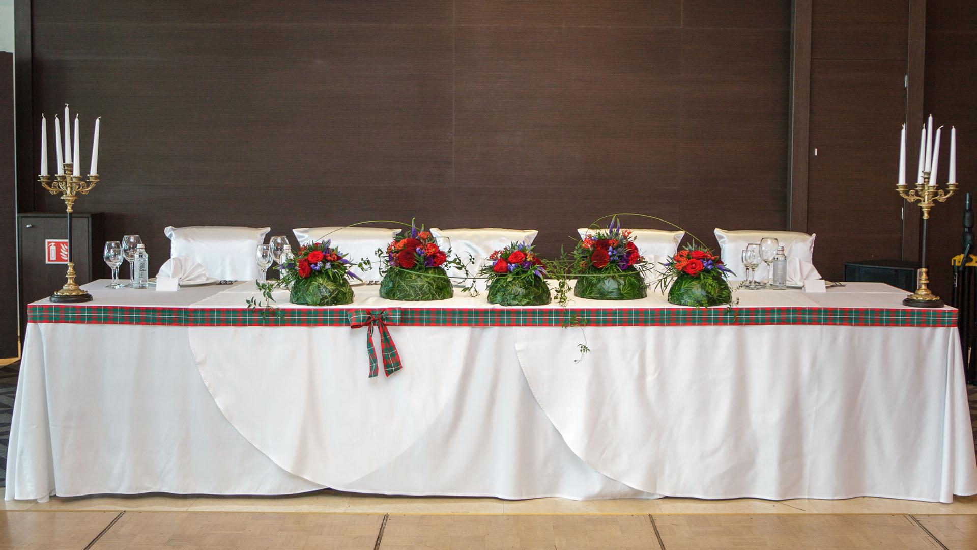 Сватбена декорация на масата на младоженците