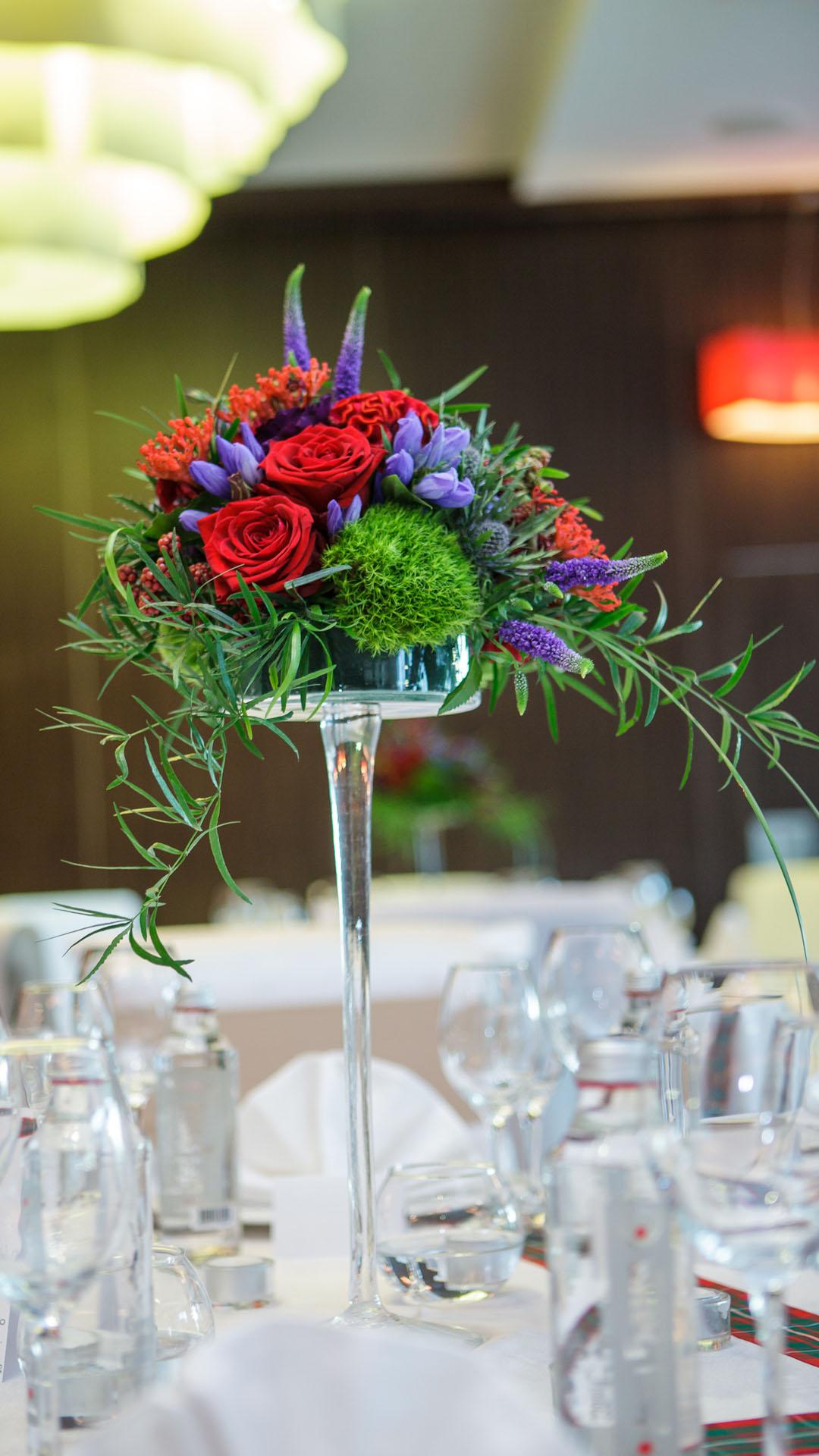 Цветна аранжировка за декорация на маса за гости