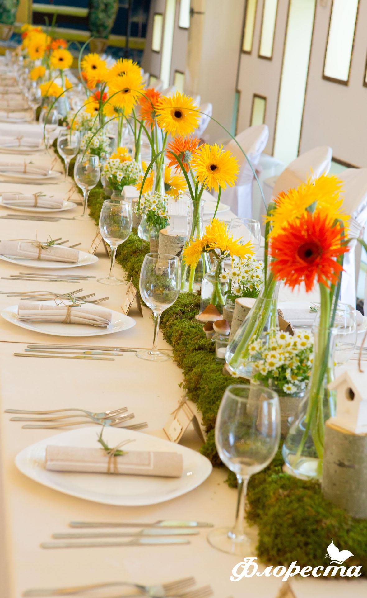Декорация с рязан цвят на маса за гости за кръщене