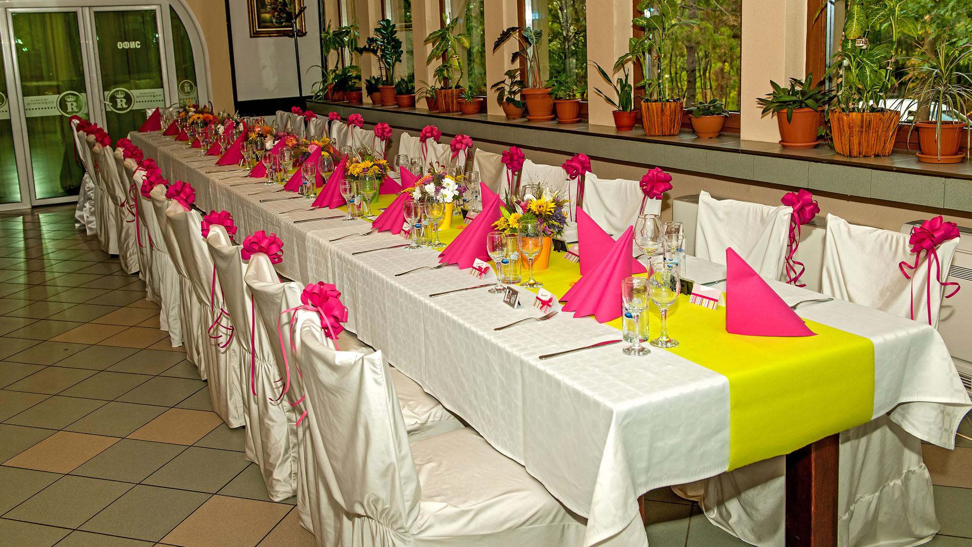 Декорация на маса за гости за свето кръщене