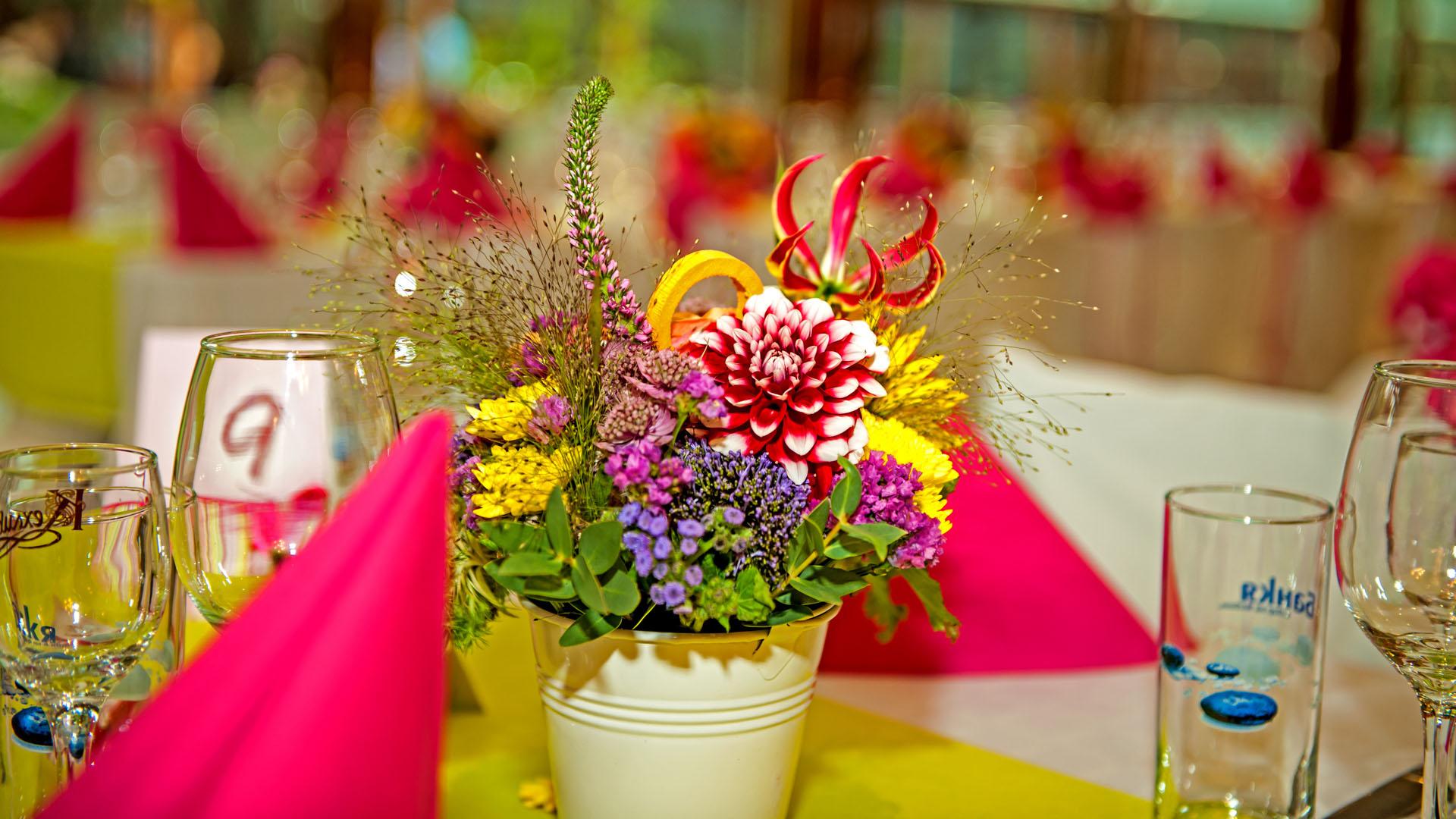 Цветна аранжировка за декорация на маса в ресторант