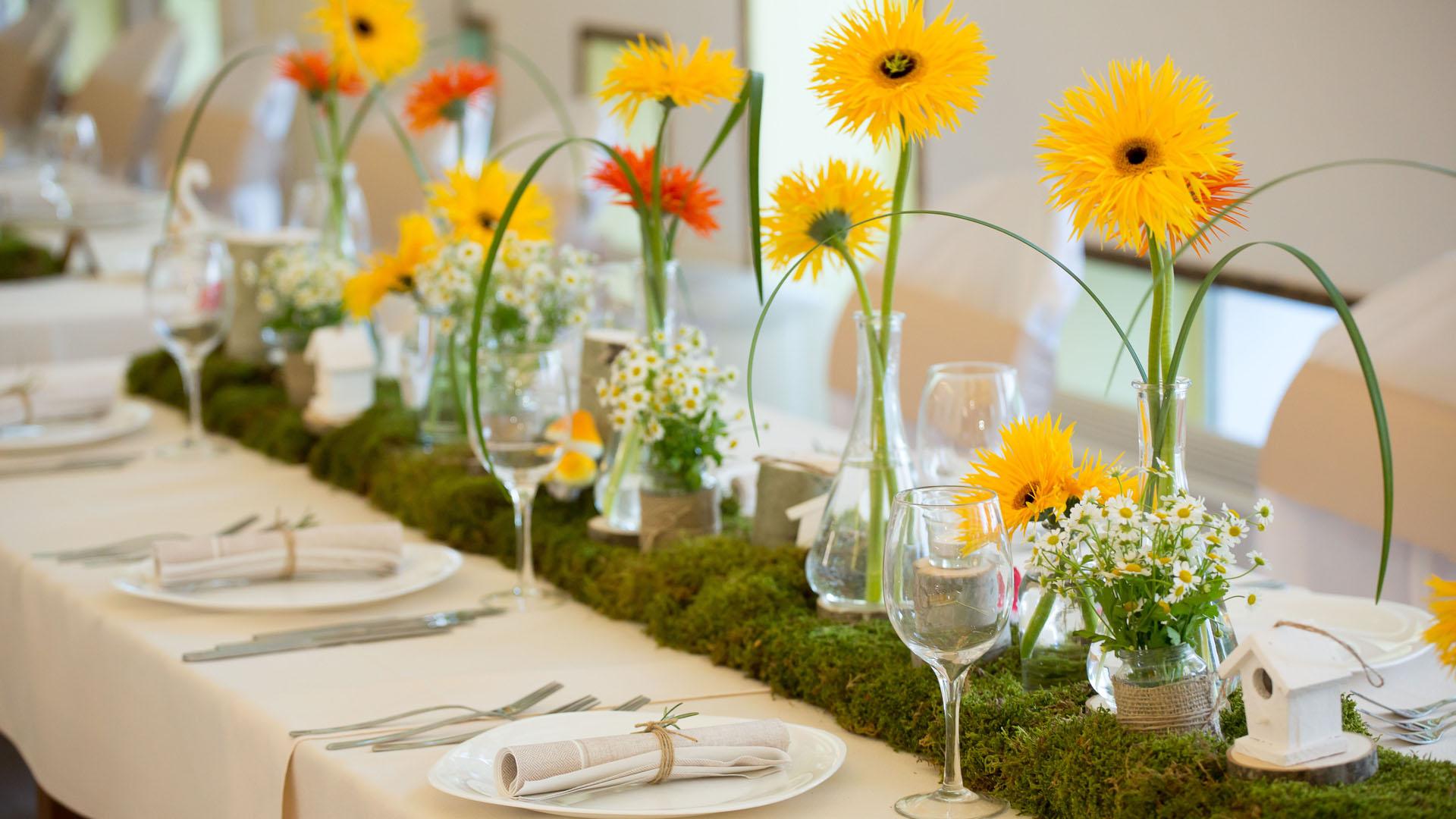 Цветна декорация на маса за гости в ресторанта