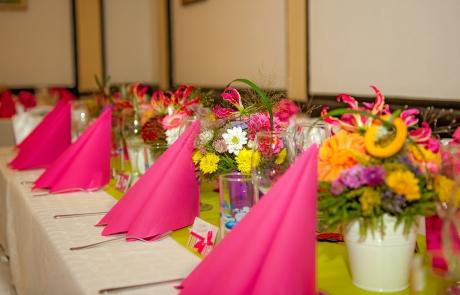 Цветни аранжировки за декорация за свето кръщене на маса за гости