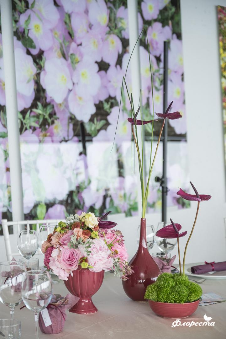 Цветни аранжировки с марсала за маса за гости