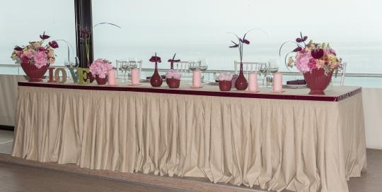 Декорация на масата на младоженците в ресторанта