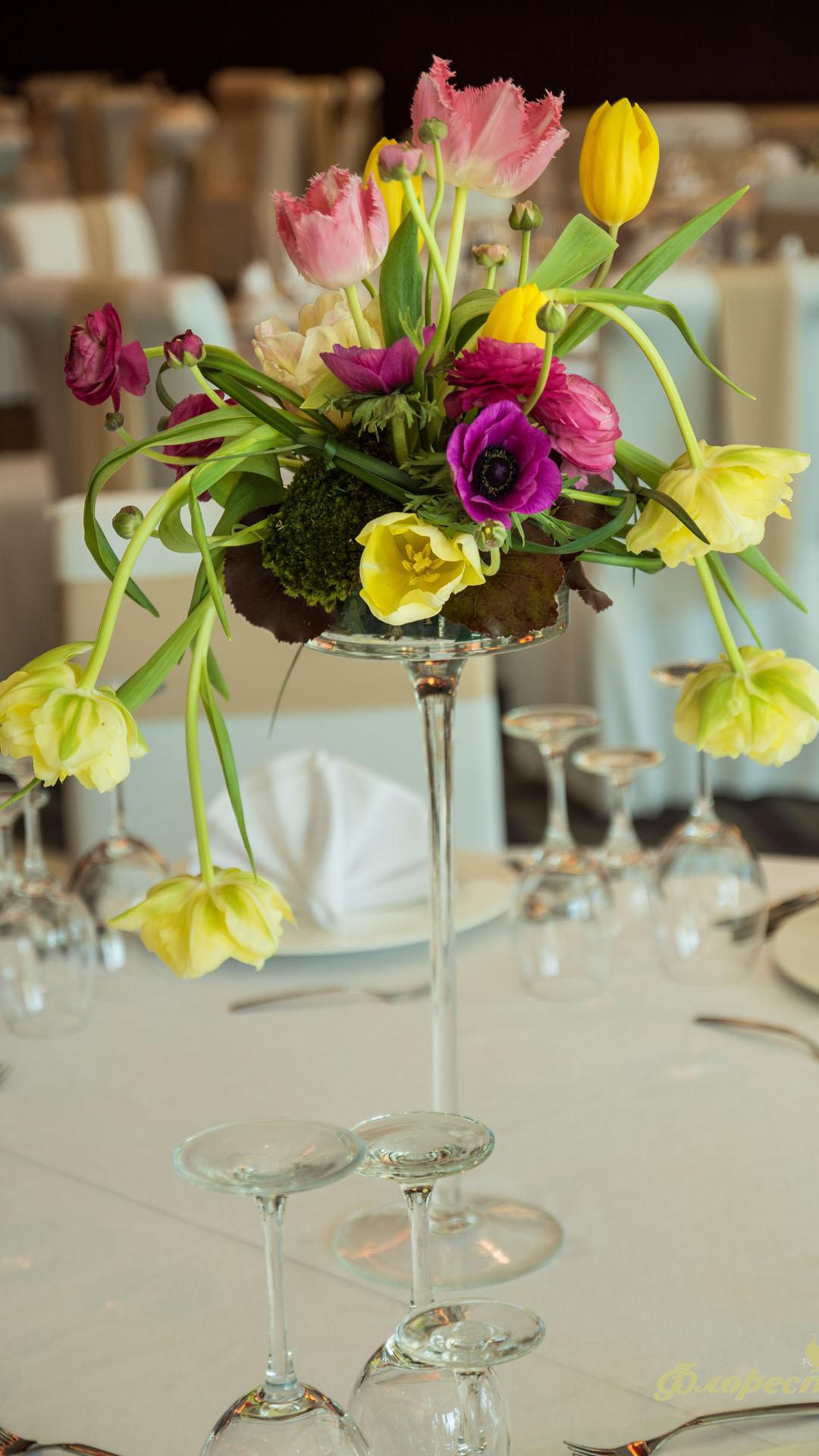 Аранжировка от пролетни цветя за декорация на маса за гости