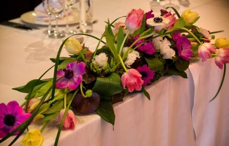Сватбена декорация за масата на младоженците