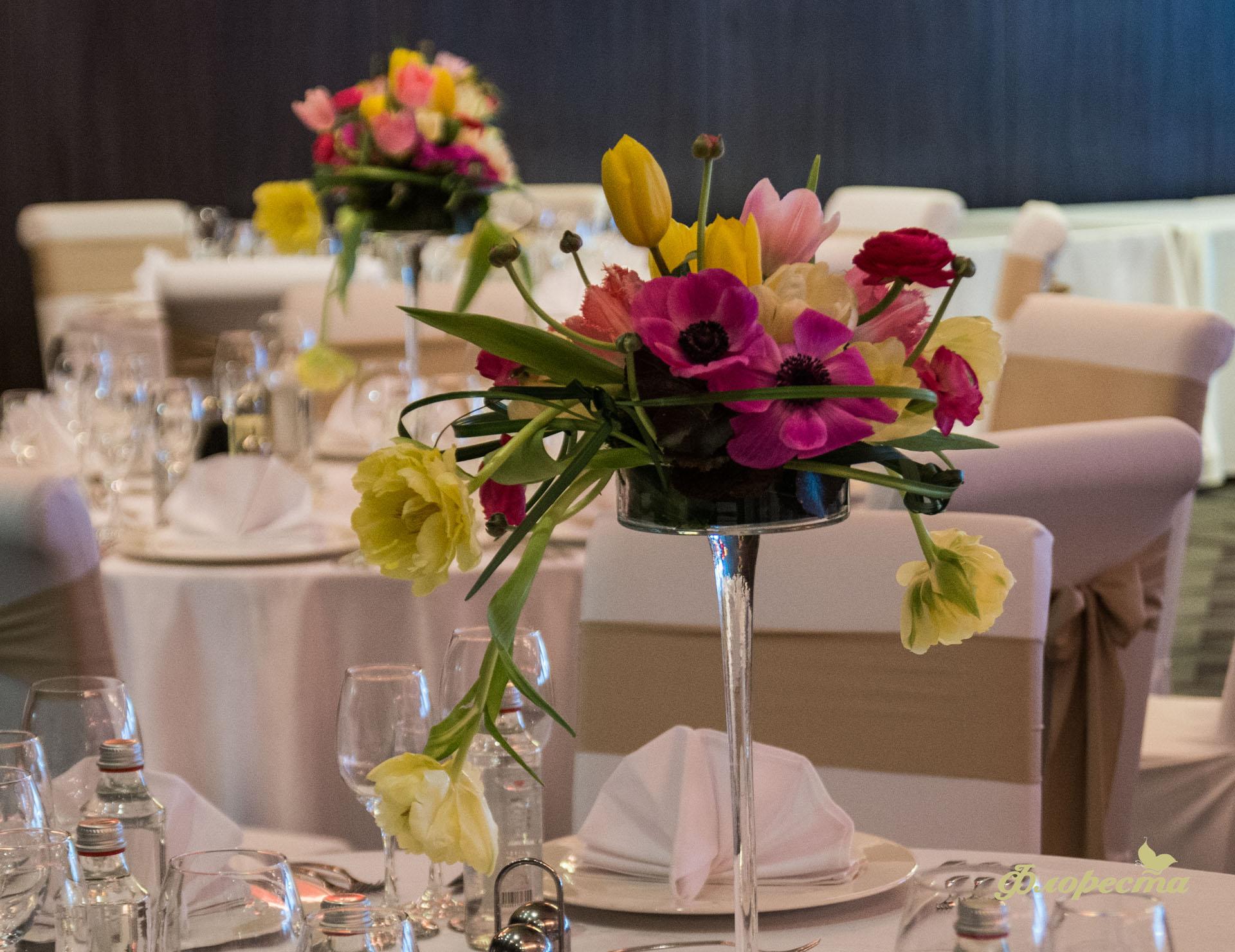 Цветна пролетна аранжировка за декорация на масата за гости