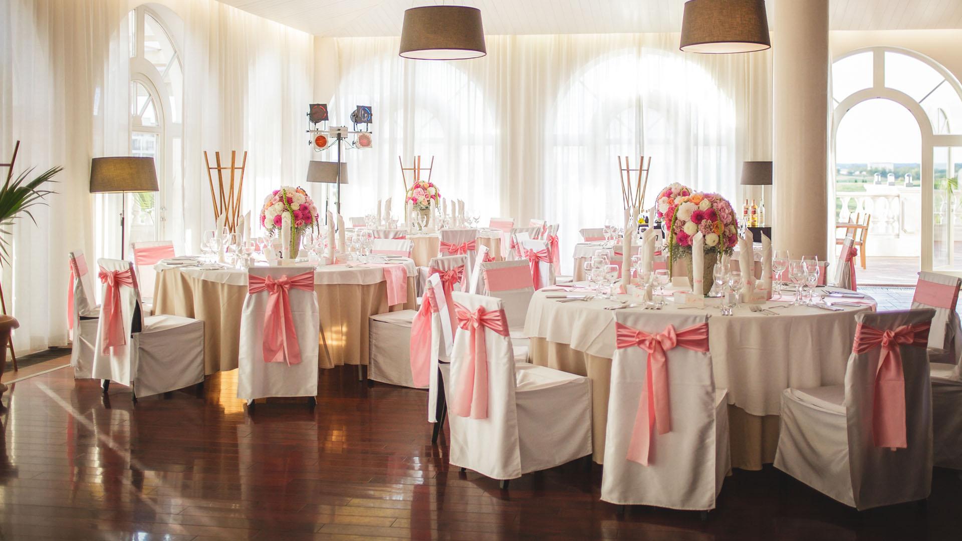 Сватбена декорация на ресторанта в нежно розово