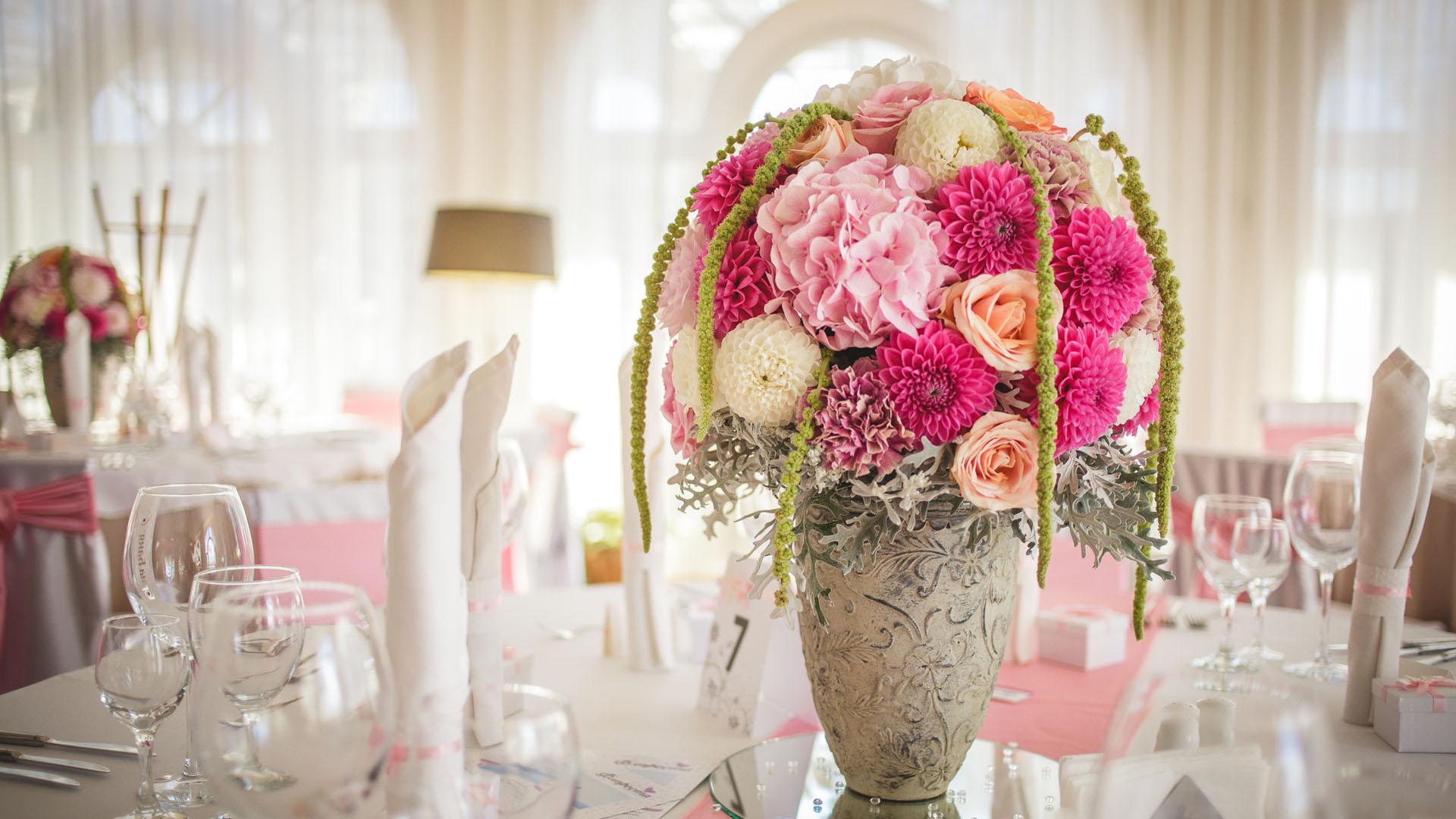 Аранжировка с Хортензия, Далия, роза и Сенецио за сватбена декорация на маса за гости