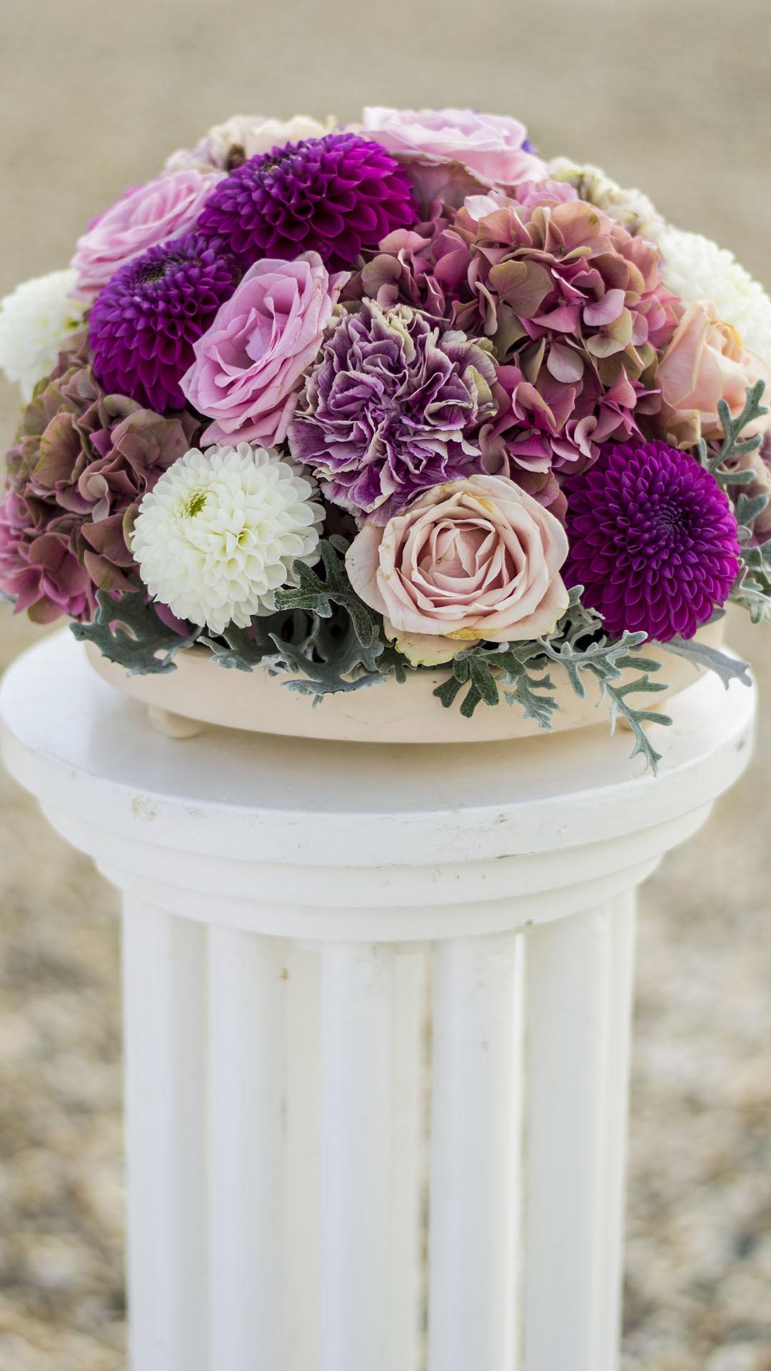 Аранжировка за сватбена декорация от роза, хортензия, далия и карафил