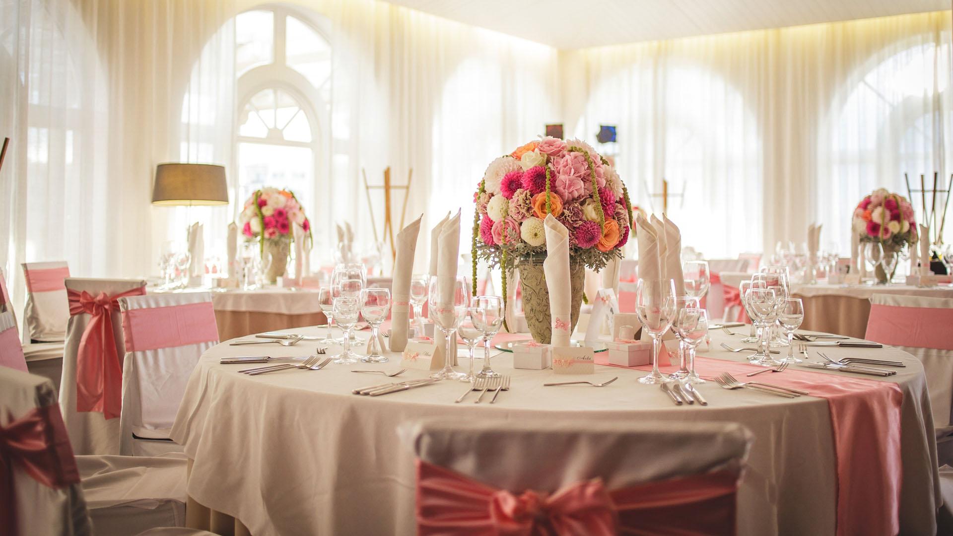 Декорация на маса за гости в нежно розово за сватбено тържество