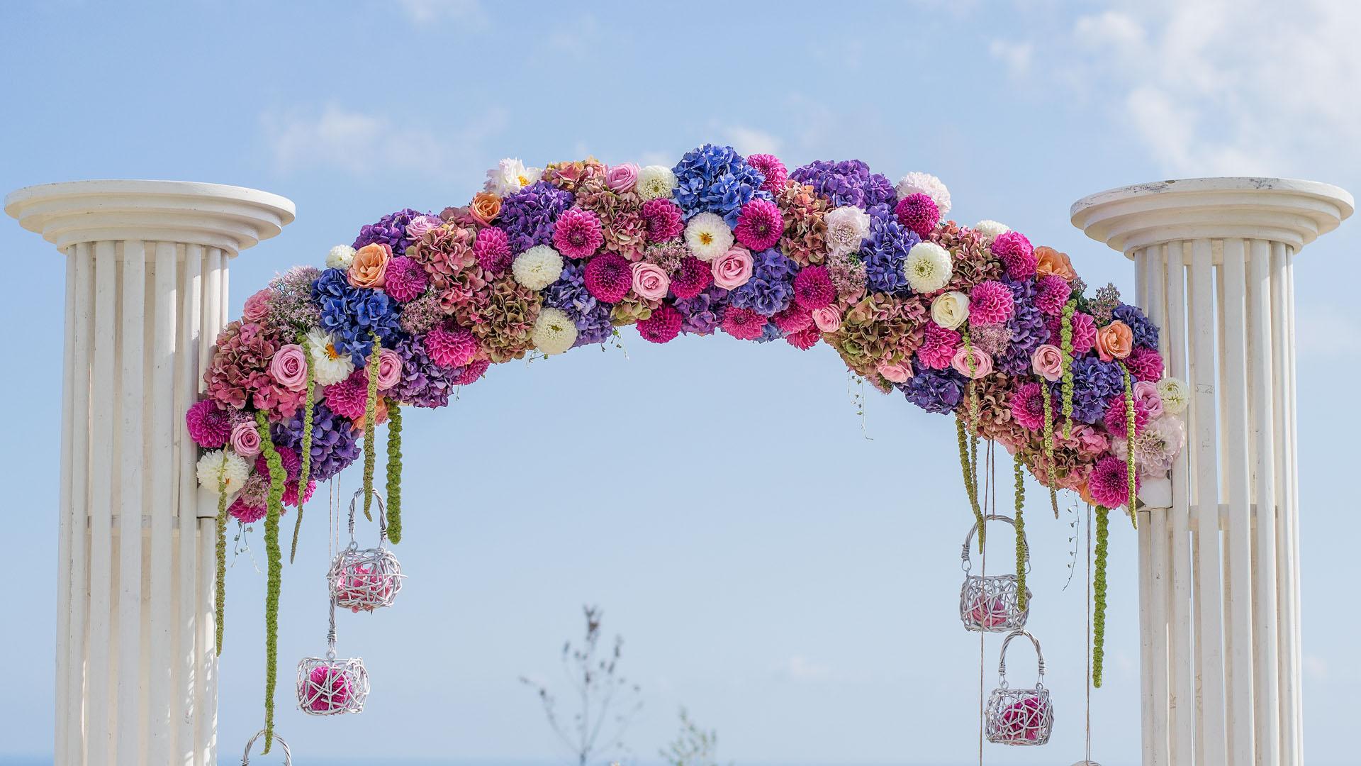 Цветна декорация на сватбена арка
