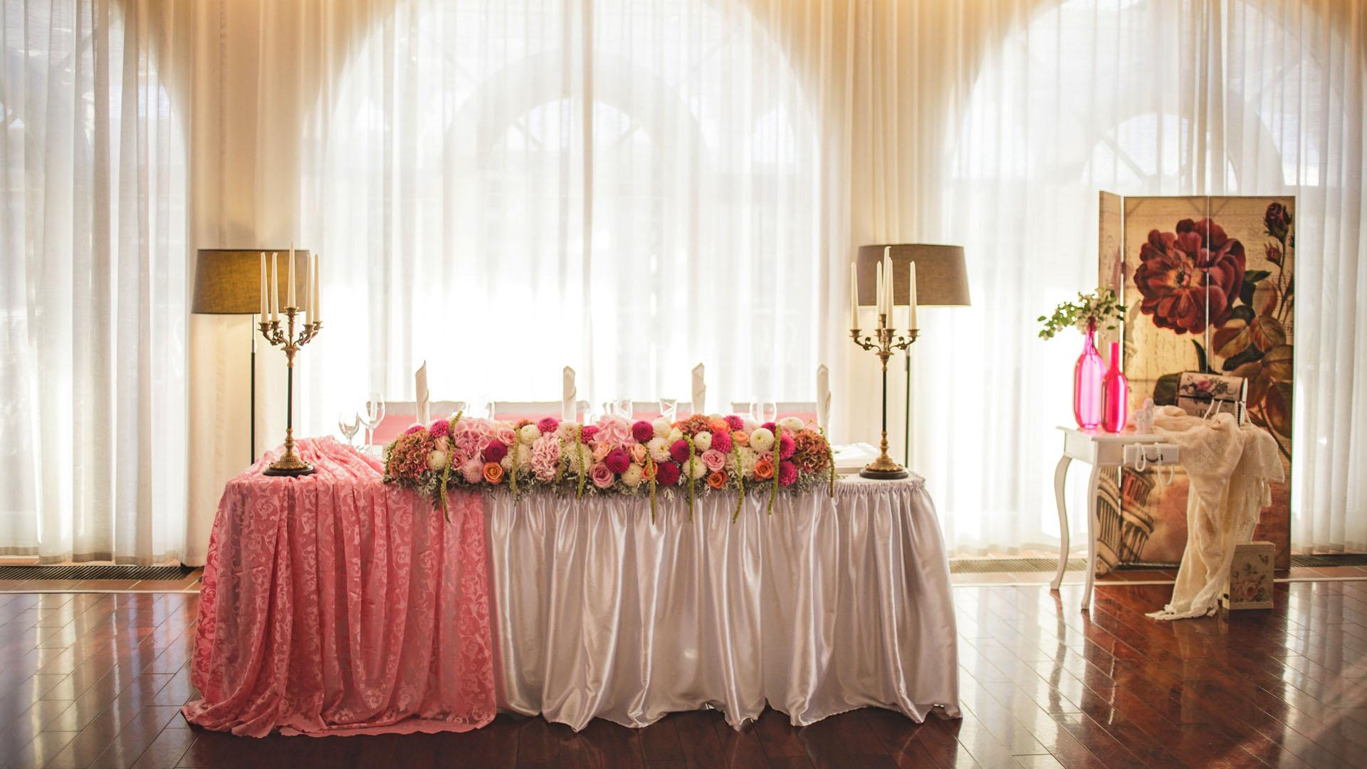 Сватбена декорация в розово на масата за младоженците в ресторанта