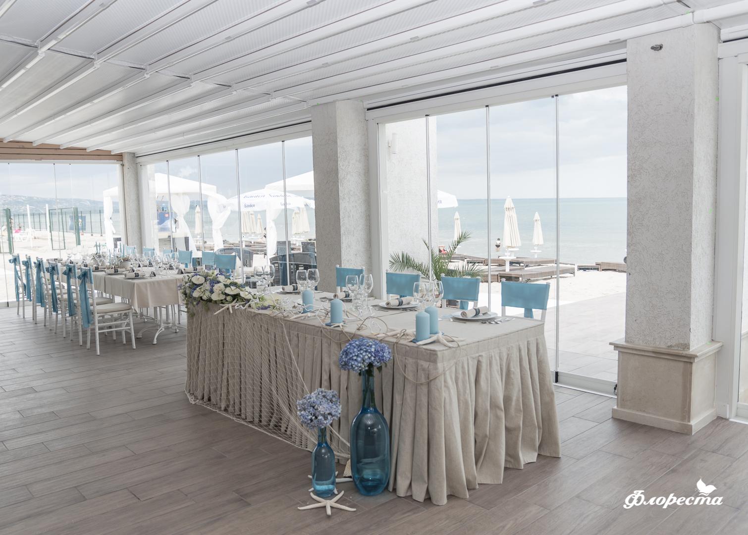 Декорация за сватбено тържество в синьо на ресторанта