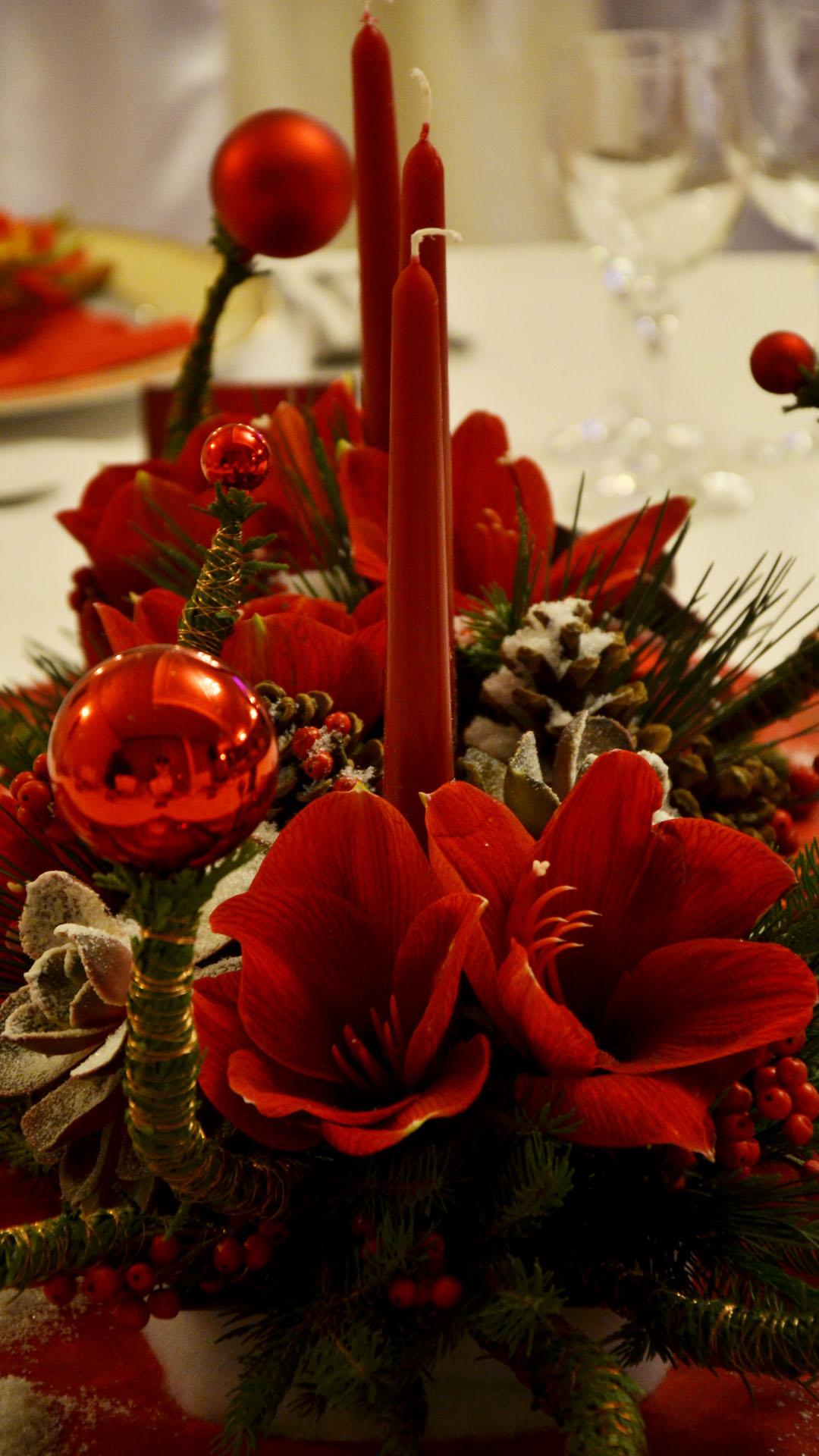 Коледна аранжировка с амарилиси на маса за гости