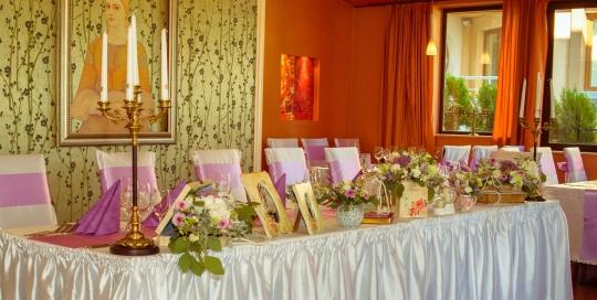 Декорация в ресторанта за сватбено тържество в стил Винтидж и лила