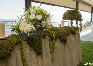 Цветна аранжировка с горски мъх за масата на младоженците