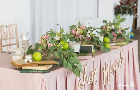 Цветни аранжировки със зелени ябълки и памук в нежно розово